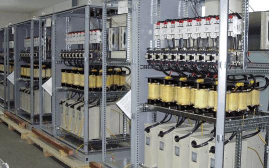 Przykład baterii kondensatorów nn z dławikami ochronnymi 7%